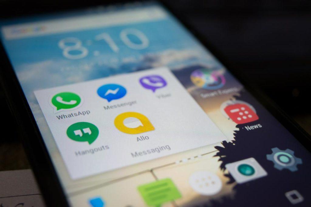 Ein Handy-Bildschirm mit Icons von verschiedenen Messengern. Das Bild dient dazu, zu illustrieren, dass es um eine WhatsApp-Gruppe geht, in der Nr. 2 nicht Mitglied sein darf.