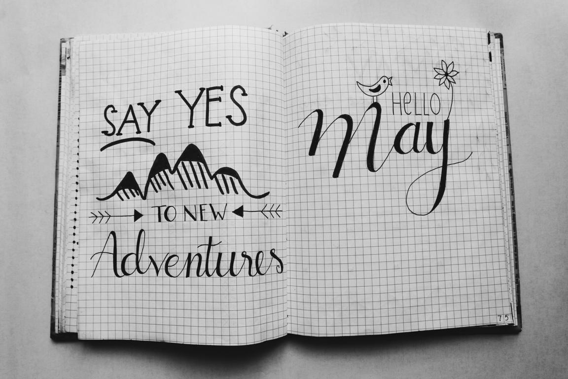 """Ein aufgeschlagenes Notizbuch, in dem """"say yes to new adventures"""" steht. So ein Projektbuch sollen Scanner führen."""