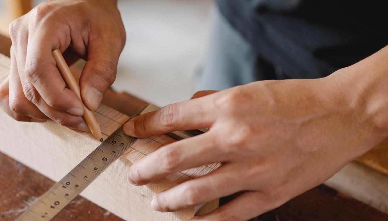 Hände, die etwas mit einem Lineal abmessen: Das Bild steht für den Perfektionismus, der viele Scanner hemmt.