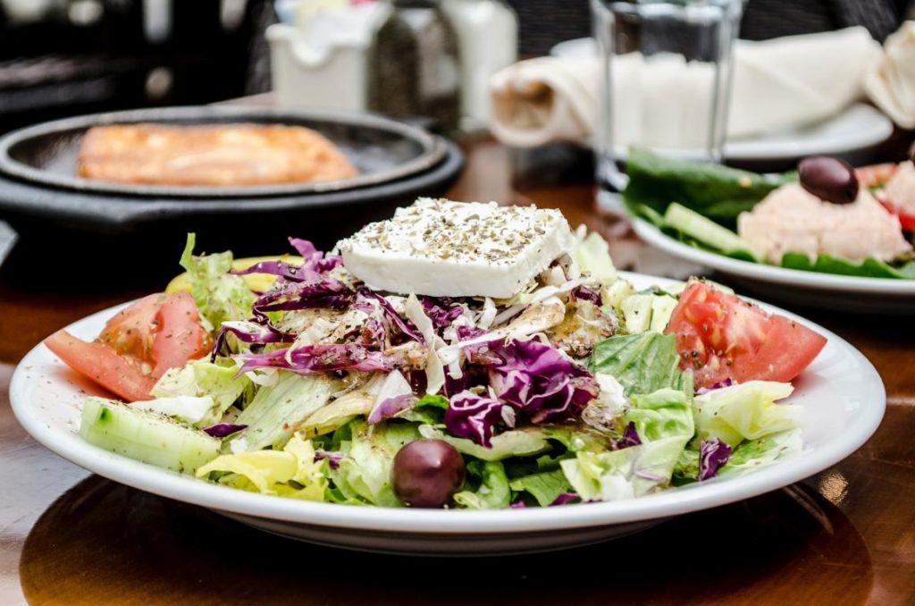 Ein griechischer Salat mit Feta. Das Bild zeigt, worauf das interviewte Kind Lust hat.
