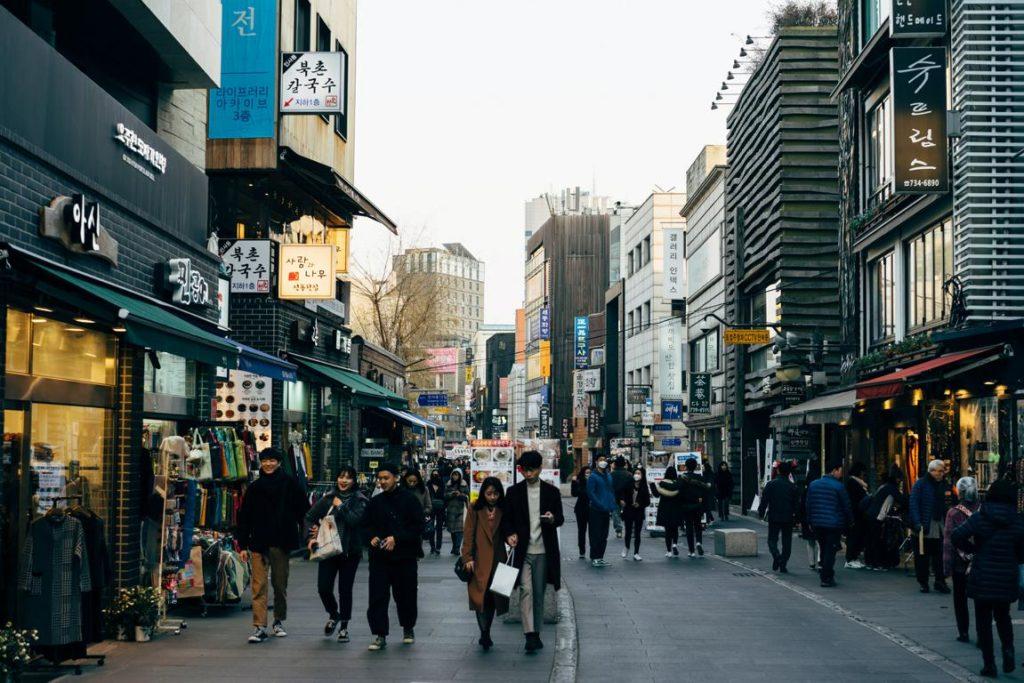 Straßenszene aus Einkaufszone in Südkorea.